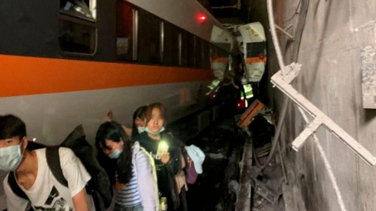 Korkunç Tren Kazasında Onlarca Kişi Öldü
