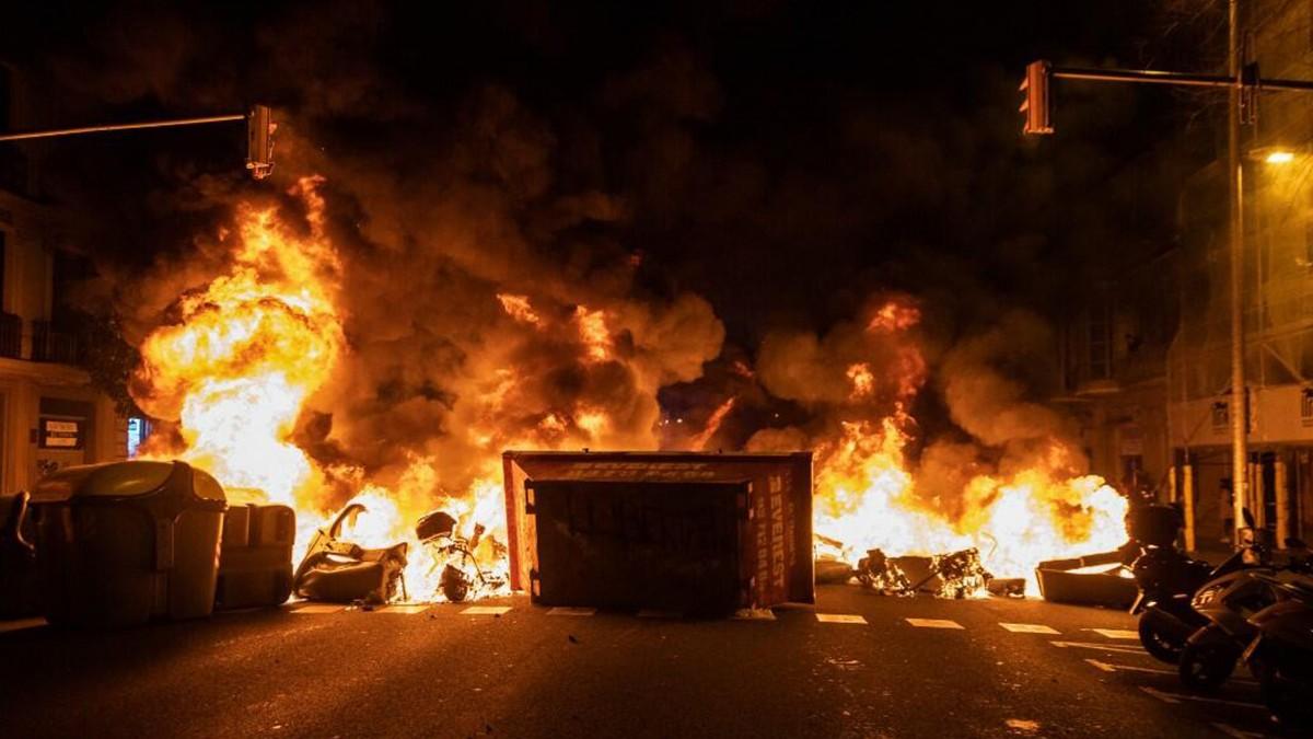 O Ülkede Alevli Sokak Olayları Şiddetle Sürüyor