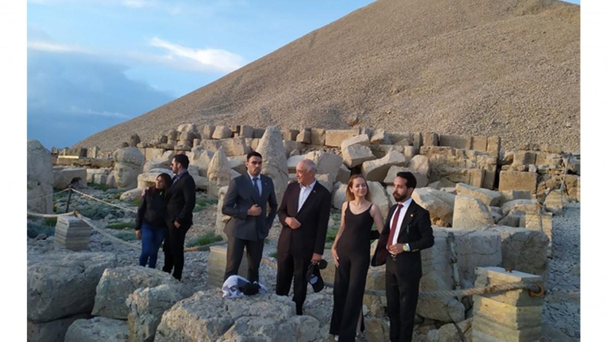 O ülkenin büyükelçisi o dağa tırmandı